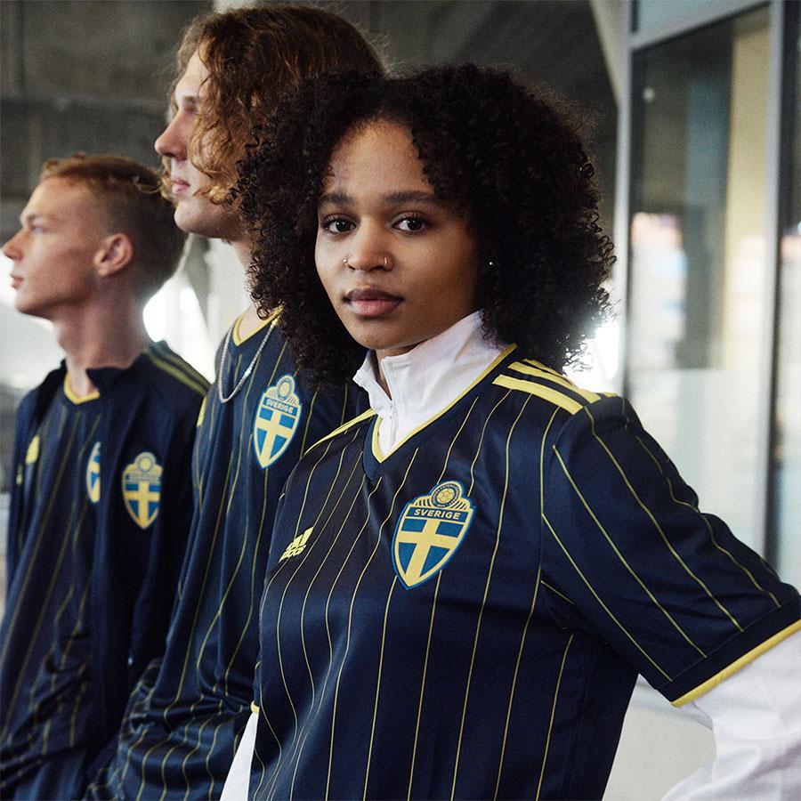 Índigo nocturno y chalk stripes amarillas: La camiseta alternativa de Suecia 2021