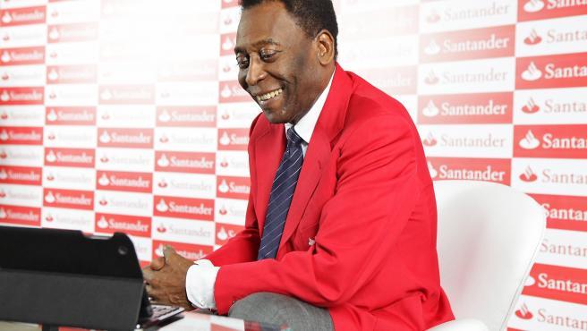 Pelé, operado de un tumor en el colon: «Me enfrento a este partido con una sonrisa»
